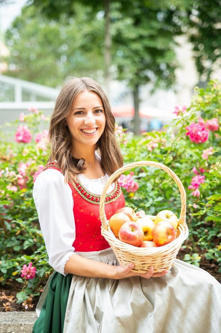 Apfelprinzessin Judith mit einem Apfelkorb in am Schoss