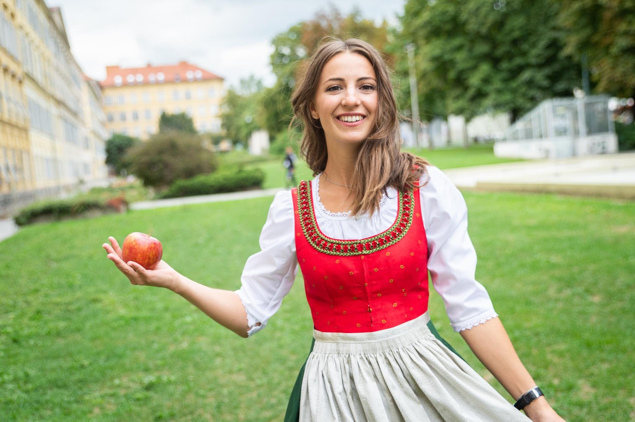 Apfelprinzessin Judith mit Apfel in der Hand