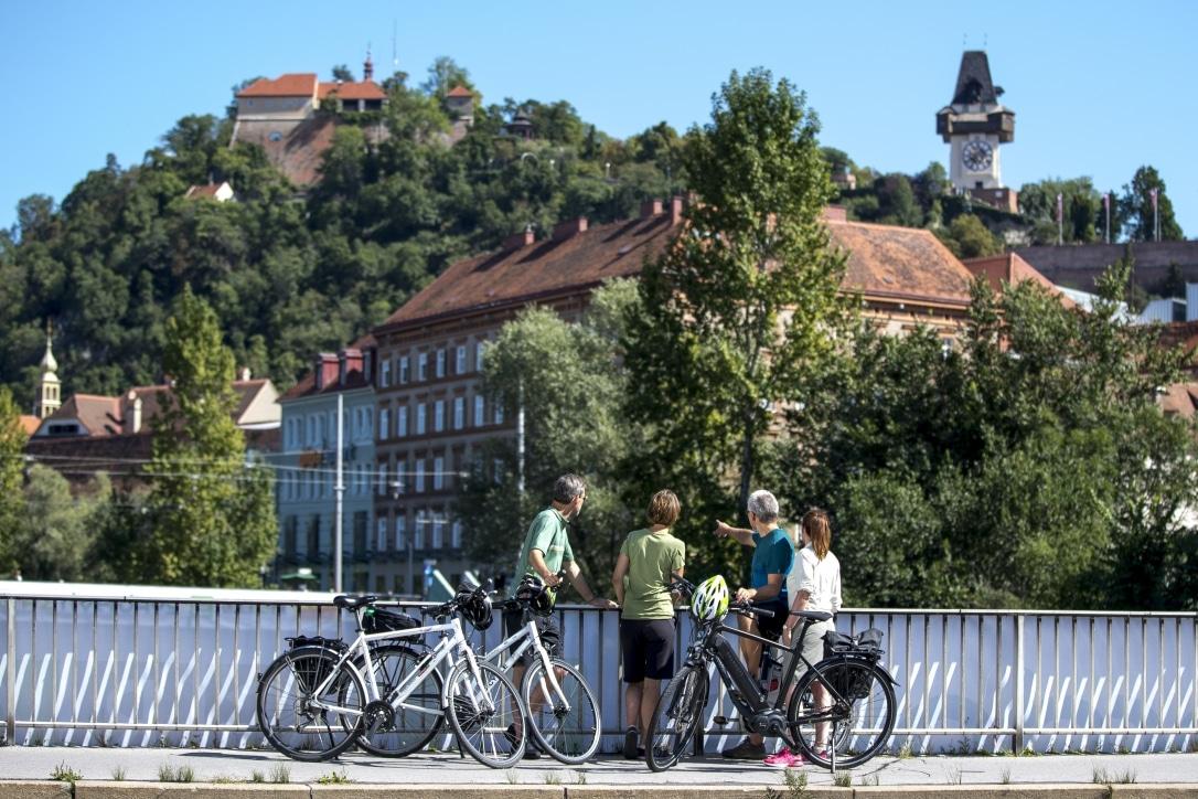 Radfahren am Murradweg, in Graz, Tegetthoffbrücke mit Blick auf Uhrturm