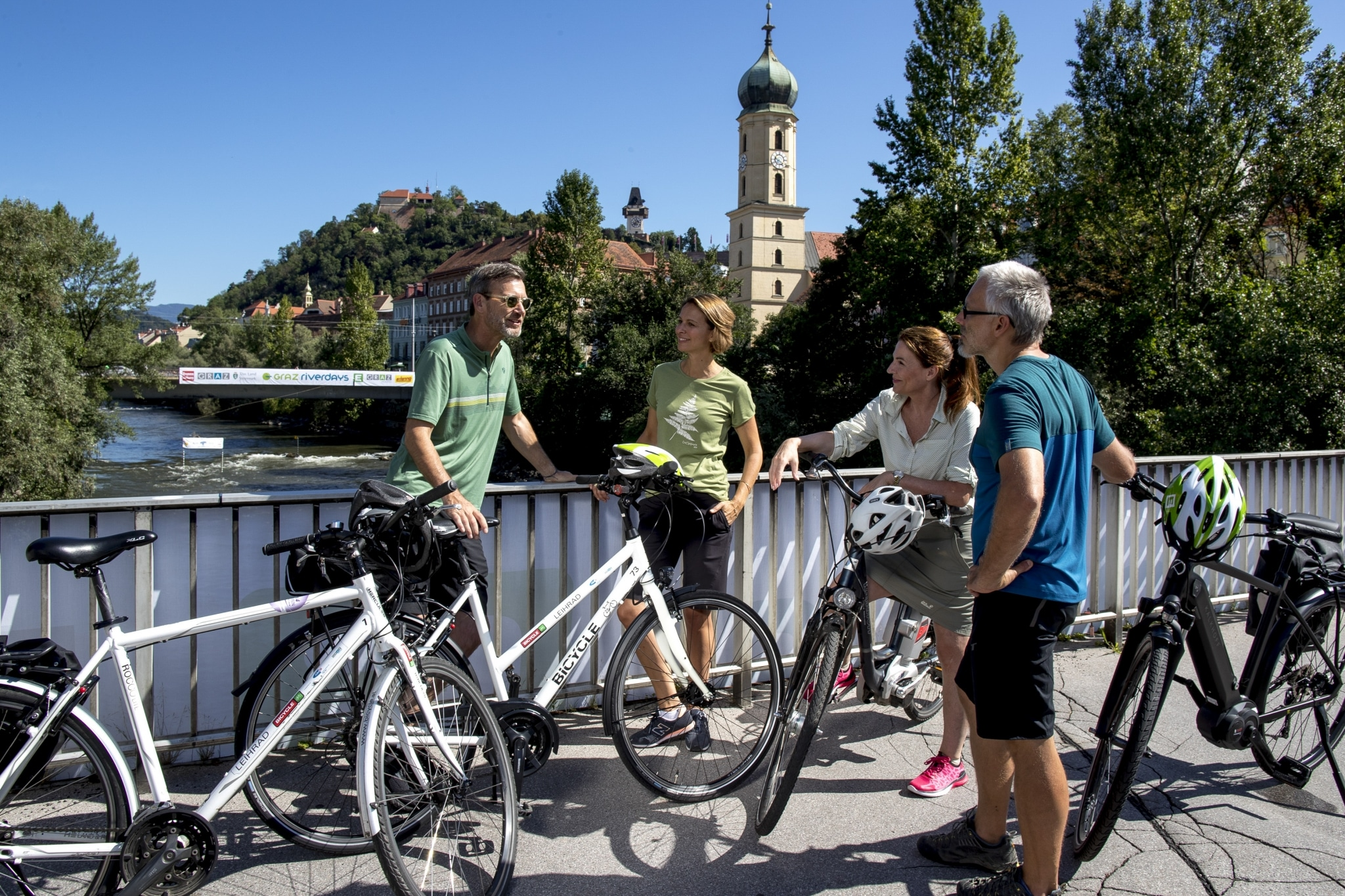 Radfahren am Murradweg, in Graz, Tegetthoffbrücke mit Blick auf