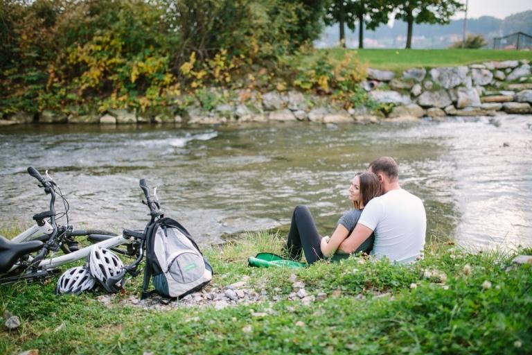 Radfahren Pause an der Raab