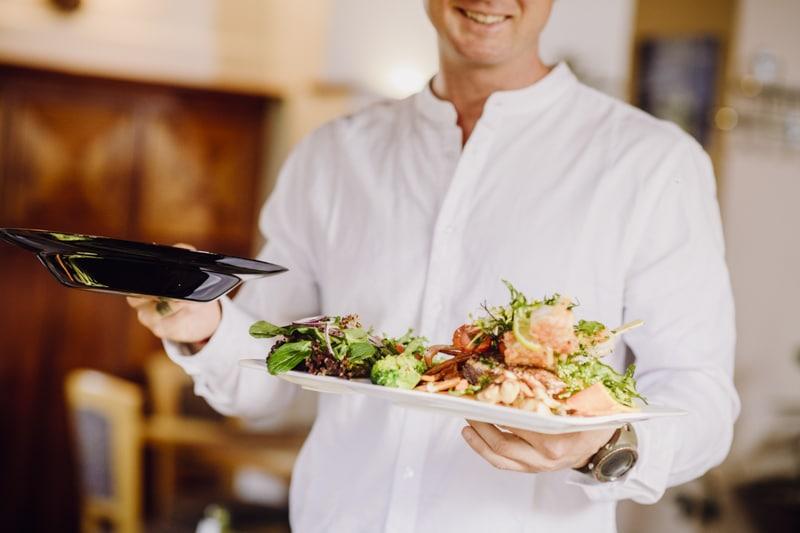 Landseele, Gerichte werden serviert