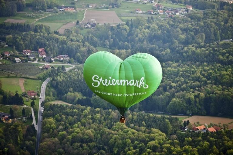 Steiermark-Herzballon über der Oststeiermark