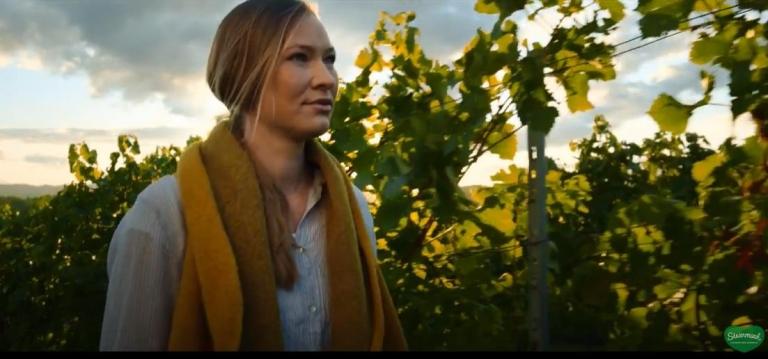 Steiermark Imagefilm, Frau auf Weinberg