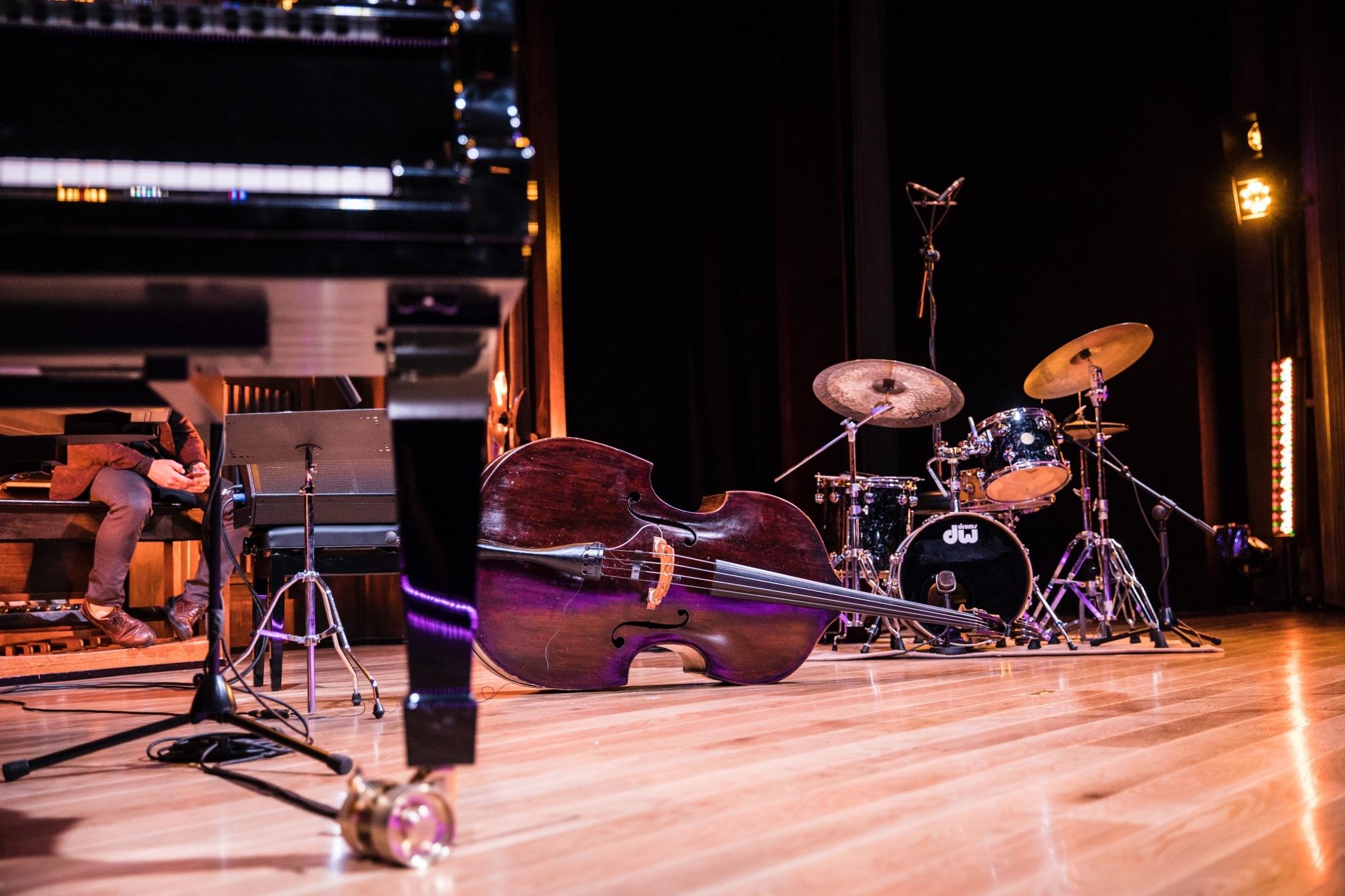 Konzertfoto von Klavier, Cello und Schlagzeug