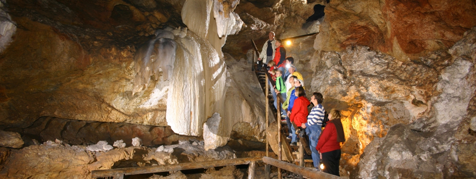 Besucher im Inneren der Kraushöhle Gams im Naturpark Eisenwurzen. JUFA Hotels bietet Ihnen den Ort für erlebnisreichen Natururlaub für die ganze Familie.