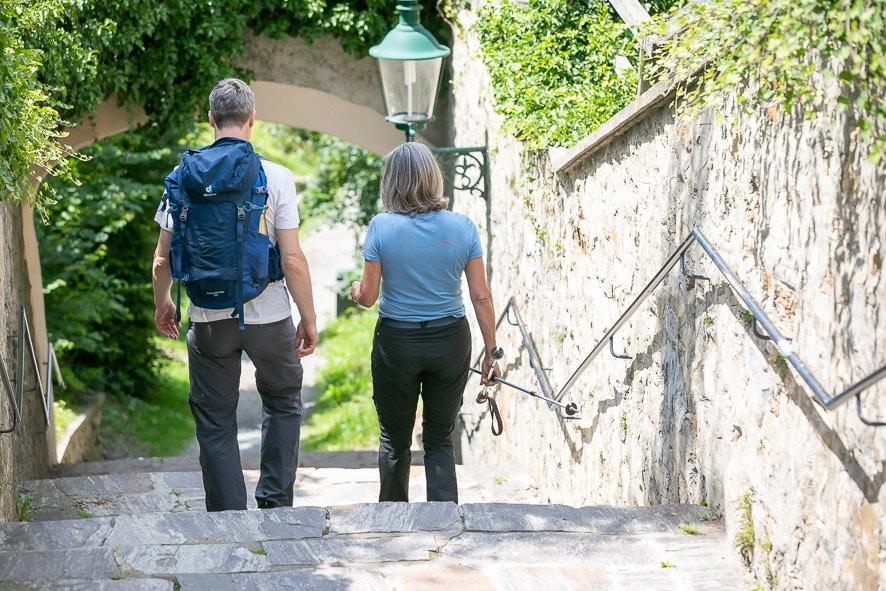 Sie sehen ein Pärchen, welches den Kreuzweg von der Basilika am Weizberg hinunter spazieren