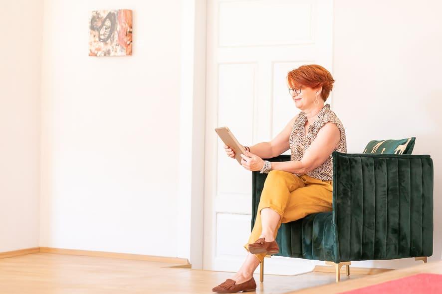 Eine Dame liest ein Magazin im Stadthotel zur goldenen Krone
