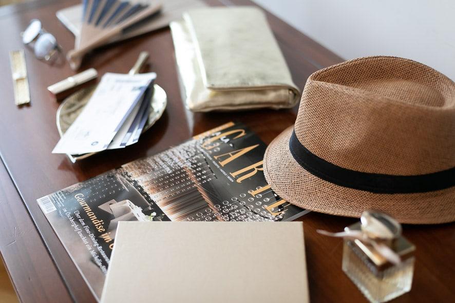 Ein Tisch mit Karten und einem Magazin