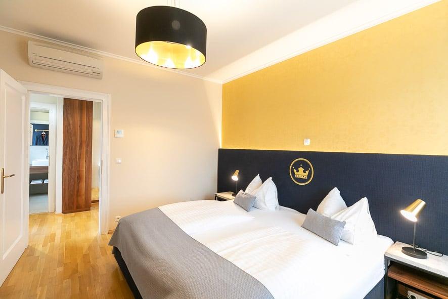 Foto eines Zimmers mit Doppelbett im Stadthotel zur goldenen Krone