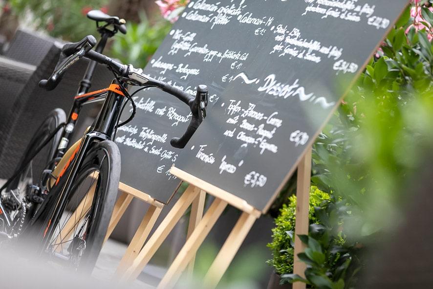Ein Foto von der Speisekarte des Stadhotels zur goldenen Krone mit einem Fahrrad davor