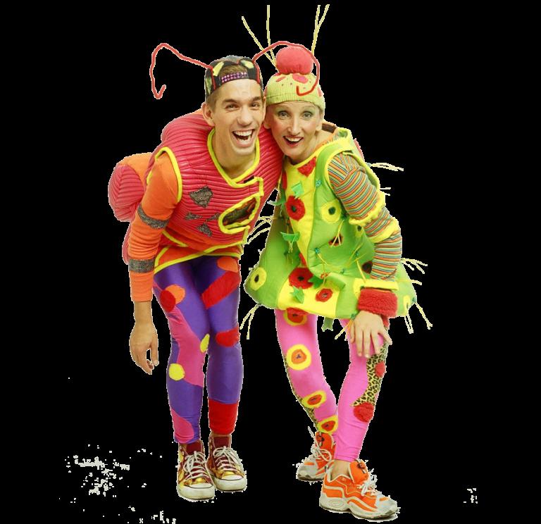 Zwei Personen als Schmetterlinge verkleidet