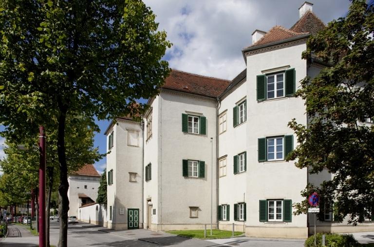 Ein Foto von dem Schloss Radmannsdorf in Weiz, welches jetzt das Bezirksgericht ist
