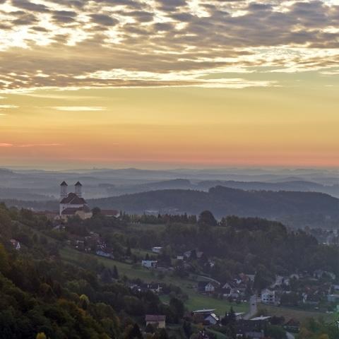 Ein Foto über Weiz und die Basilika am Weizberg von einem Heißluftballon aus